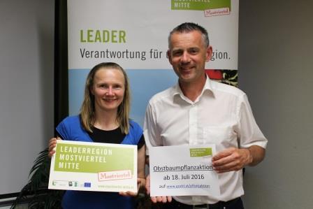 © LEADER-Region Mostviertel-Mitte Pflanzaktion 2016: Petra Scholze-Simmel und Bgm. Ing. Martin Leonhardsberger (Obmann-Stellvertreter LEADER-Region)